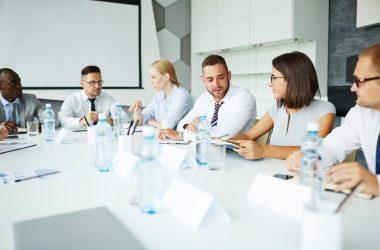 Die Geschichte überbuchter Konferenzräume